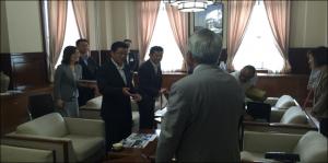 PEZA大阪デスク開設の報告と府のサポートデスク設置のお礼に、松井知事を訪問。